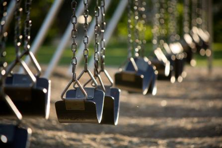 cop-threatens-parents-who-let-kids-play-alone-in-the-park
